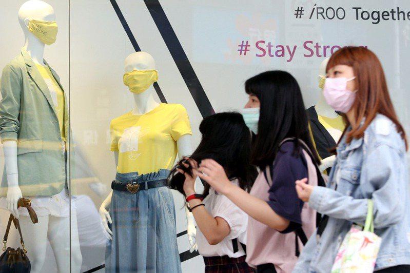 花蓮縣將從6月1日起提前鬆綁防疫措施,進出學校、公家機關不強制戴口罩。 報系資料照