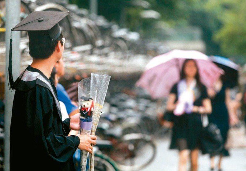 勞動部祭出6項青年就業措施,提供應屆畢業生就業獎勵,今年底前就業穩定滿3個月,就可獲2萬元,滿6個月再加發1萬。 聯合報系資料照片