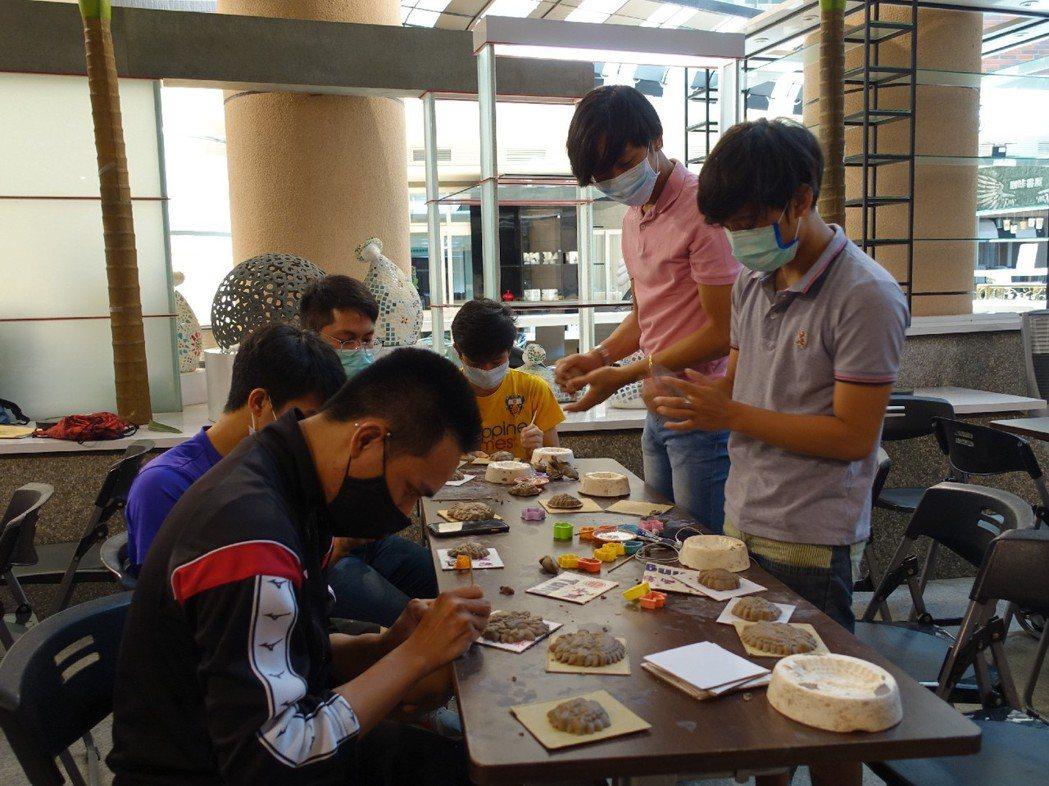 外藉生同學們專注的共同完成自己最得意的創作。 高苑/提供