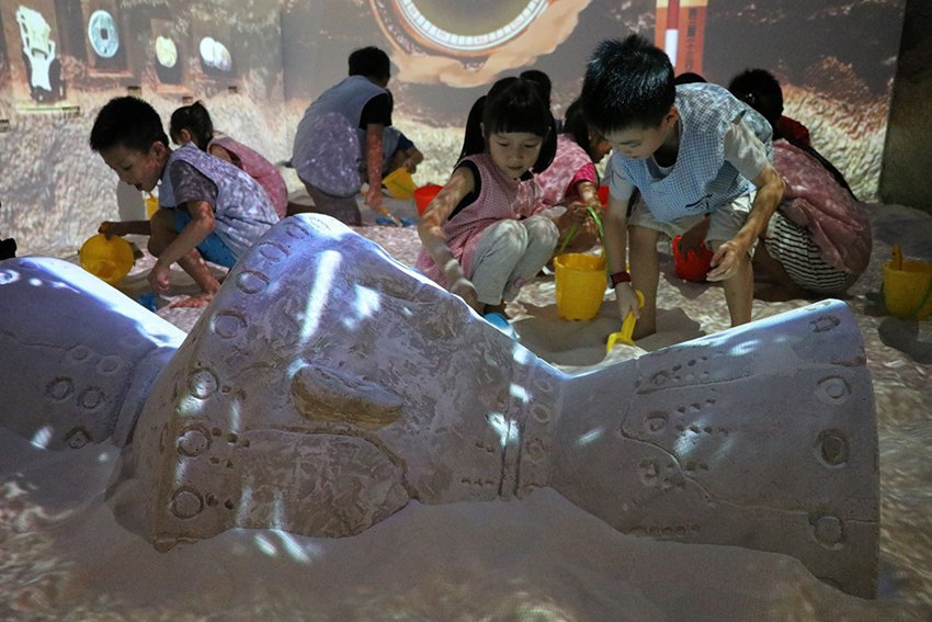 《魔幻考古沙坑》於「2019新北兒童藝術節」場場爆滿。 十三行博物館/提供