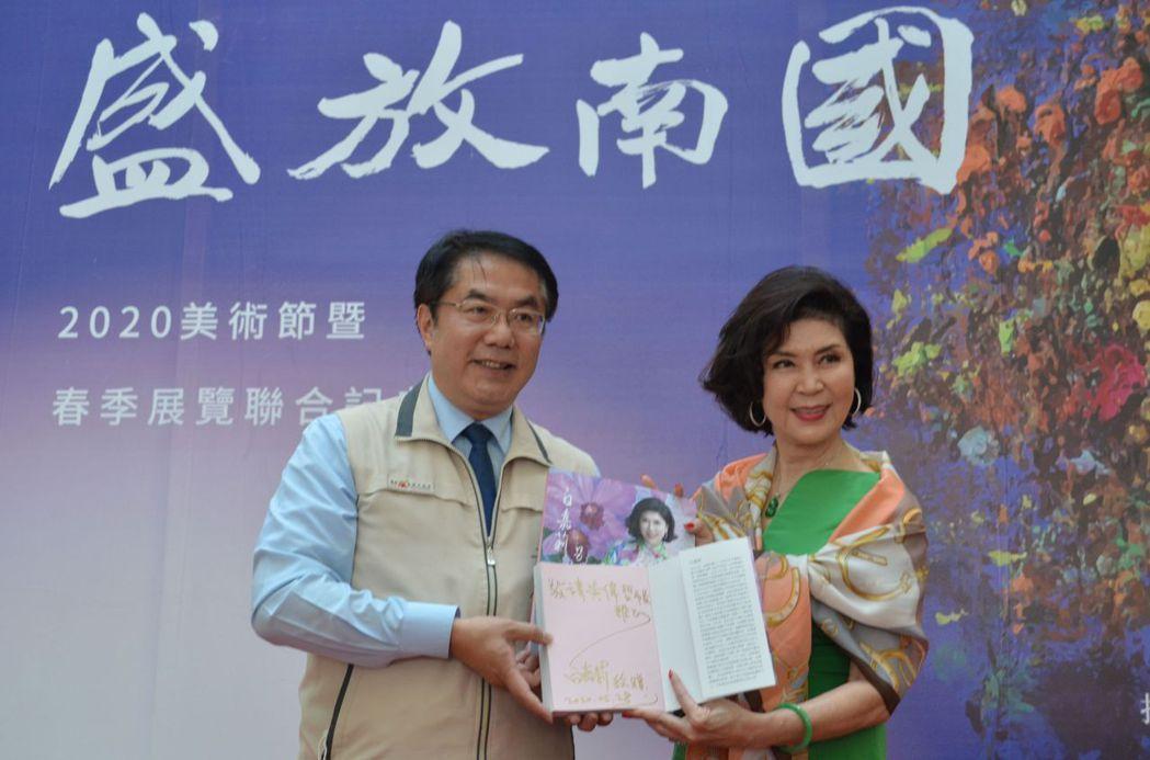白嘉莉致贈黃市長自傳書籍。  陳慧明 攝影
