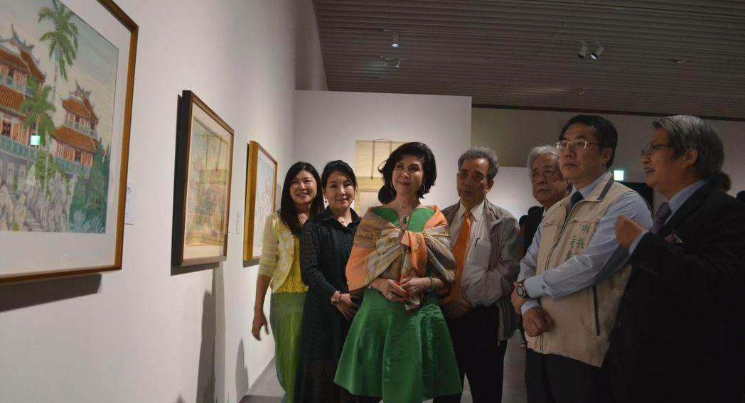 潘襎館長(右一)為黃偉哲、白嘉莉導覽郭雪湖特展作品。  陳慧明 攝影