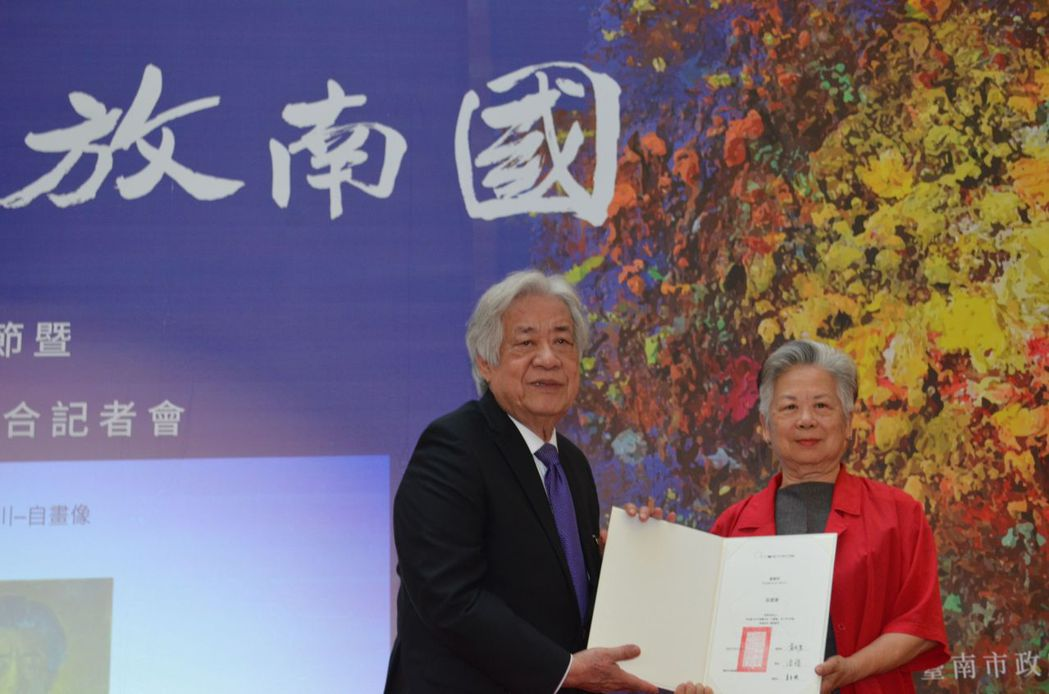 陳輝東前董事長頒贈感謝狀給吳郭為美女士。  陳慧明 攝影