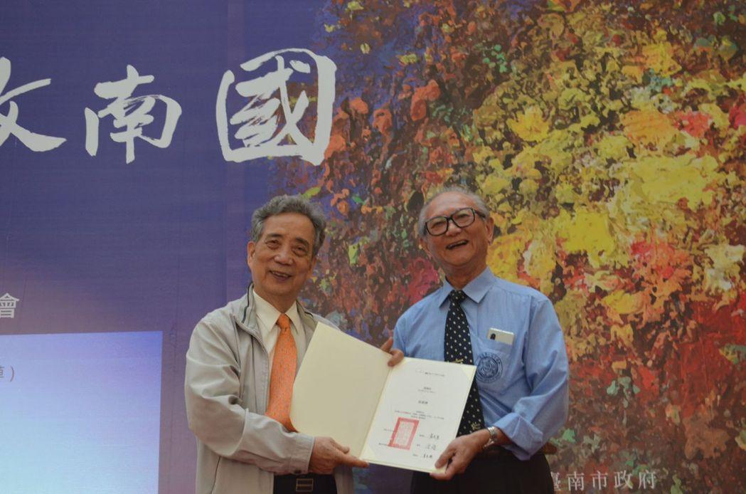 黃光男董事長(左)頒贈感謝狀給翁資雄校長。  陳慧明 攝影