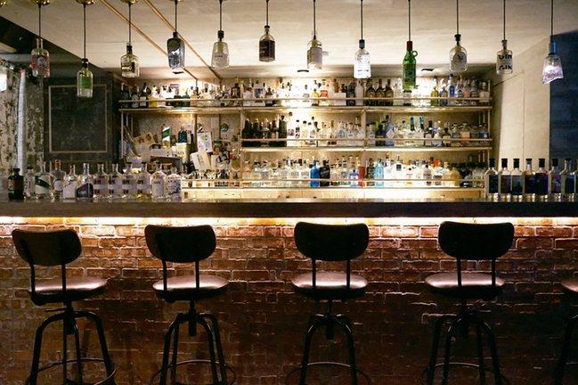 那吧琴酒收藏豐富。 圖/寫樂文化提供