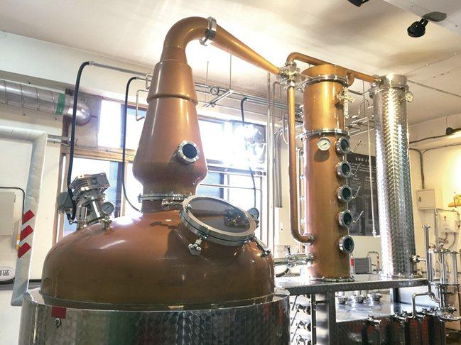 容量1000公升的德國阿諾德荷斯坦混合型蒸餾器。 圖/寫樂文化提供