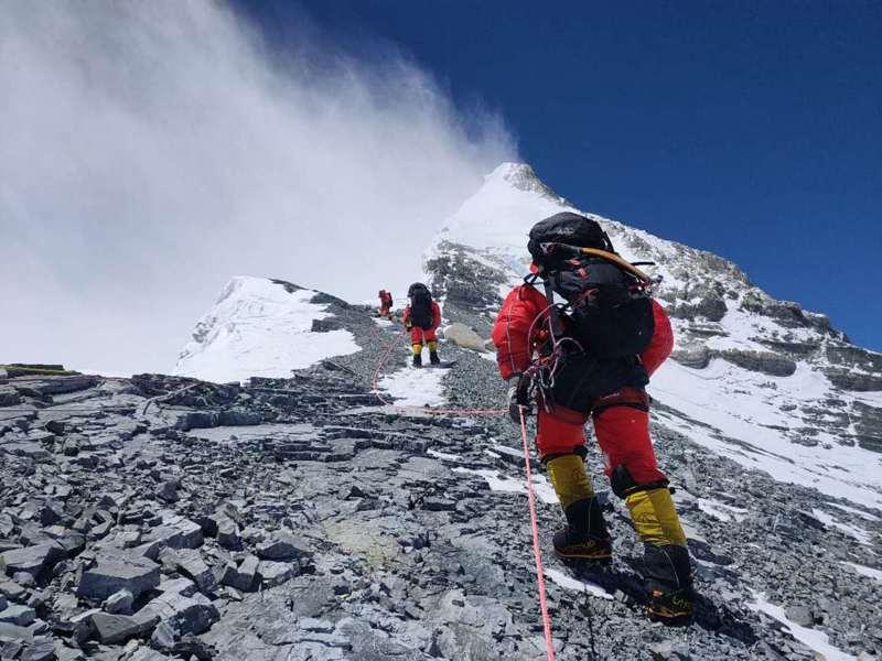 中國人珠峰峰頂停留時長新紀錄誕生!珠峰新高度公佈還需兩三個月。 新華社