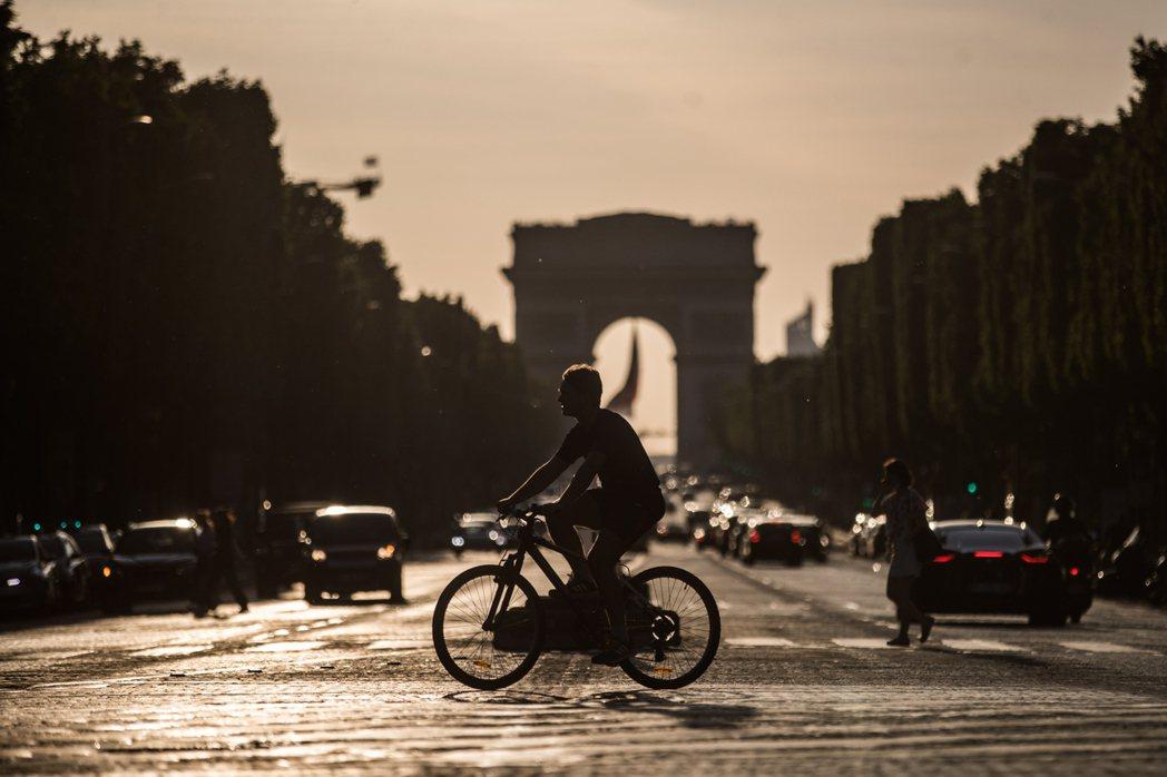 法國今天宣布外界期待已久的防疫鬆綁措施,儘管仍有限制,但自6月2日起,全國酒吧、...