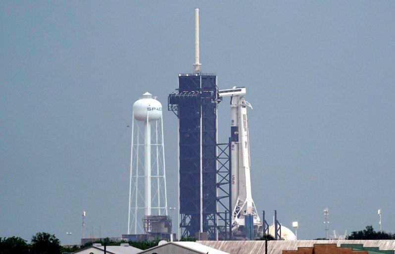 太空探索科技公司(SpaceX)太空船原定今天載送兩名太空人前往國際太空站,然而因天候不佳,在發射前的最後一刻決定延期。 美聯社