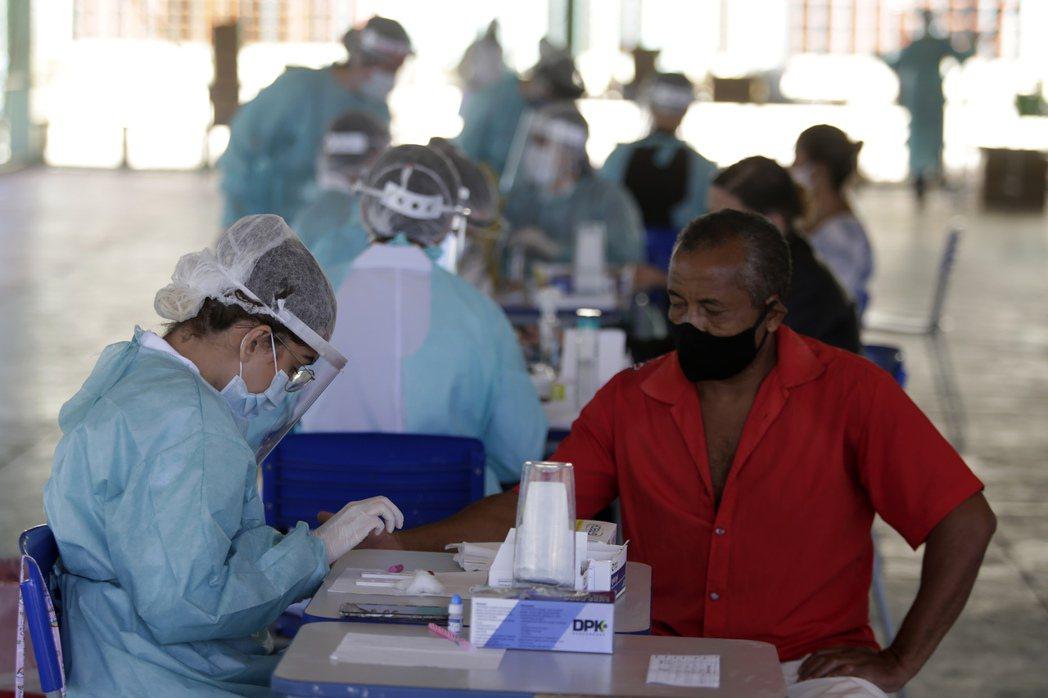 巴西首都巴西利亞郊區的居民接受新冠病毒檢測。新華社
