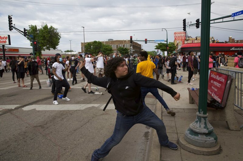 非裔男子佛洛伊德因遭警察暴力致死引起眾怒,民眾示威抗議。 美聯社