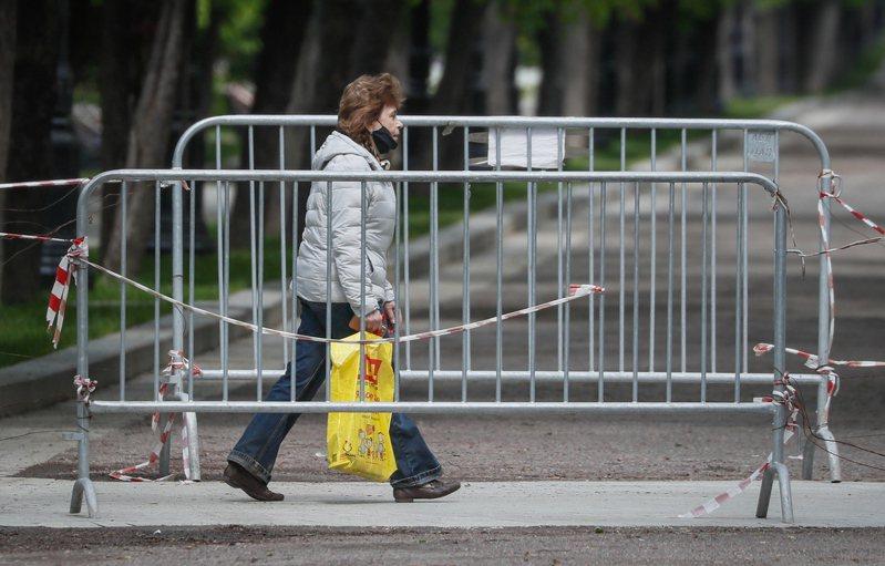 俄羅斯今天通報,過去24小時境內新增8371起新冠肺炎確診病例,並增加174例死亡,達到先前創下的單日病逝人數最高紀錄,累計不治患者突破4000例。 歐新社