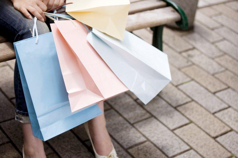 一名女網友曾到百貨公司專櫃購物,卻被櫃姐以為她是沒經濟能力的年輕人,讓她氣得從此不再光顧。 圖/ingimage
