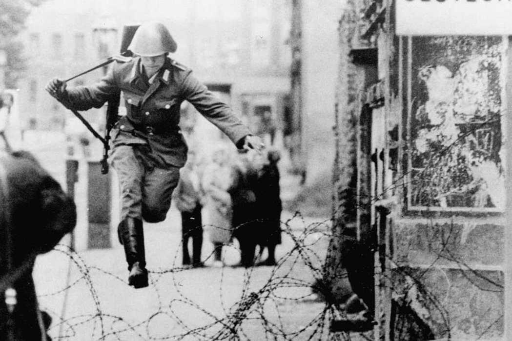東德士兵孔拉德・舒曼越過鐵絲網的照片,成為冷戰時期知名的一幕。 圖/美聯社