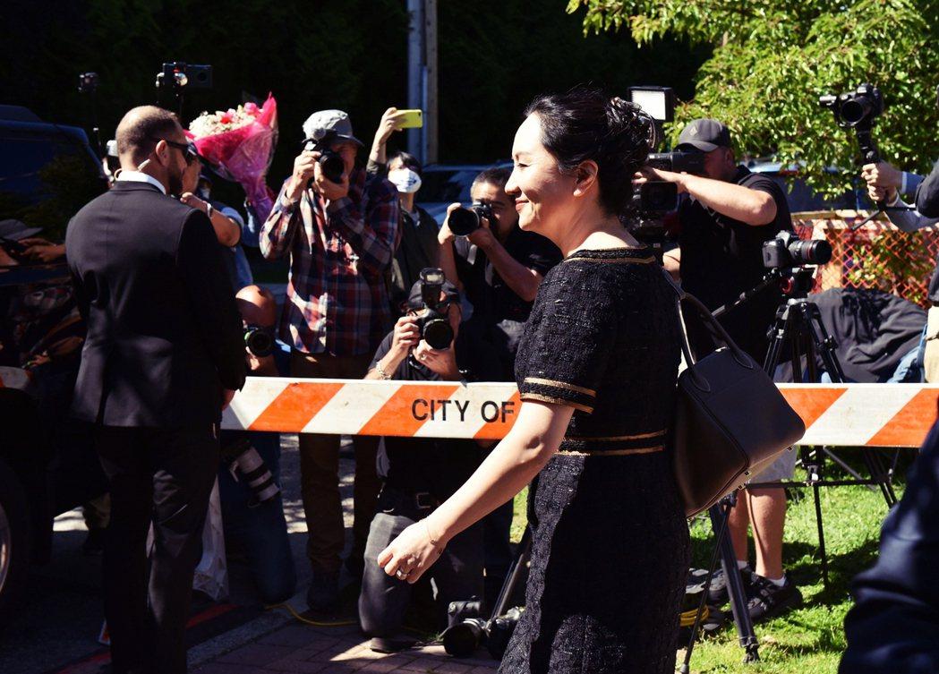 27日,孟晚舟步出溫哥華的住宅,準備出庭英屬哥倫比亞省的最高法院裁定。 圖/法新...