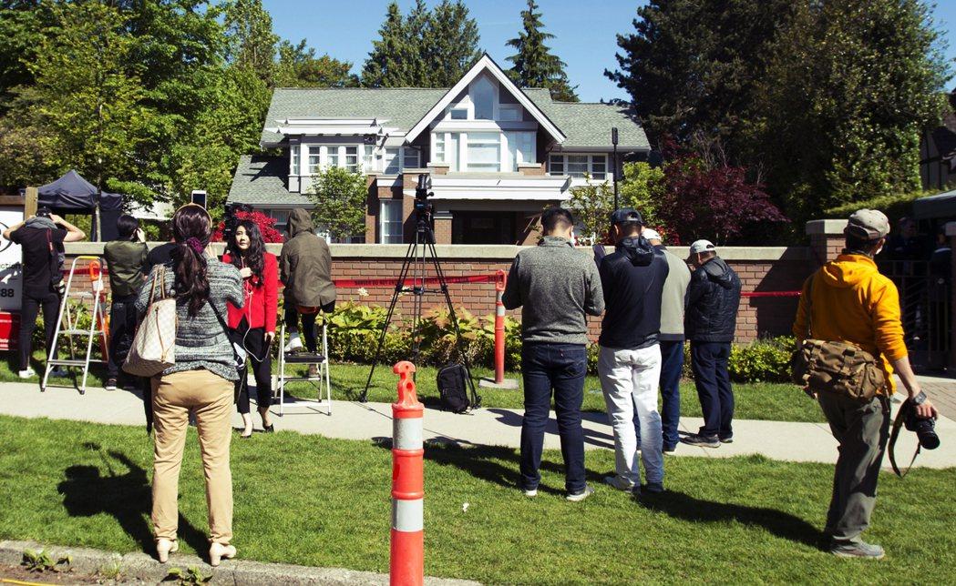27日,孟晚舟在溫哥華的住宅外,擠滿了記者。 圖/美聯社