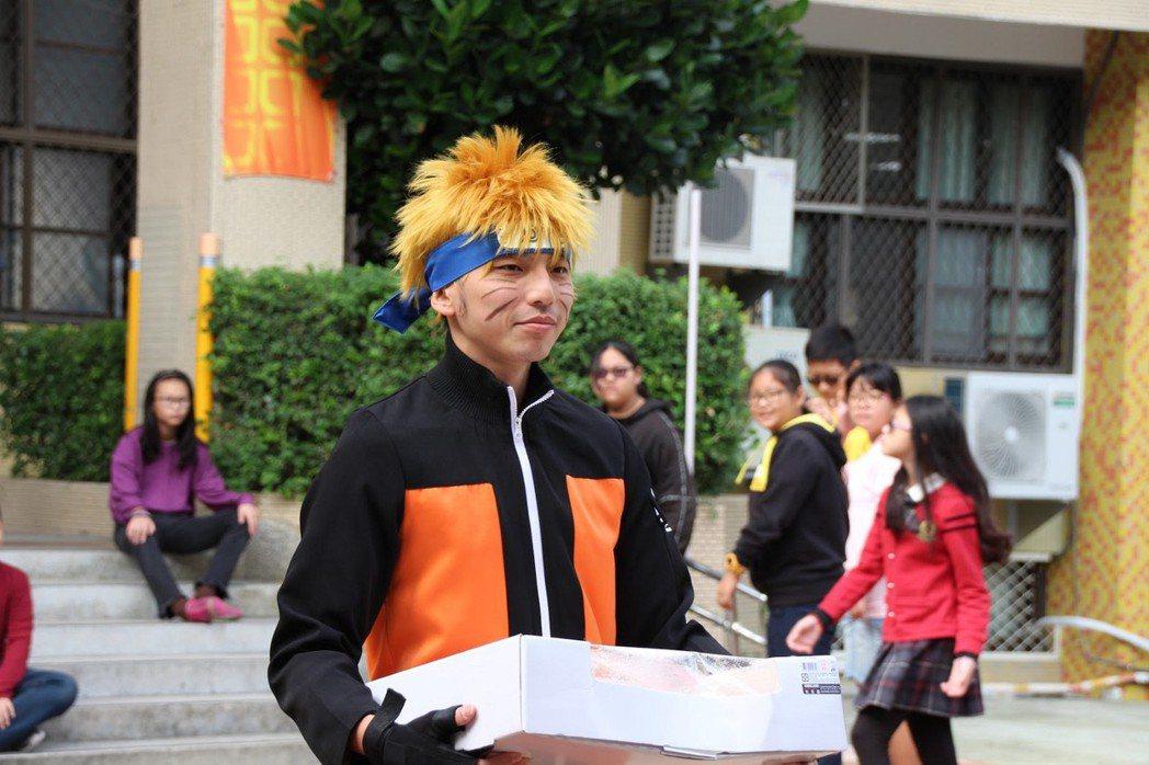 協會人員打扮成影忍者去學校服務。 圖/王騰樂攝影