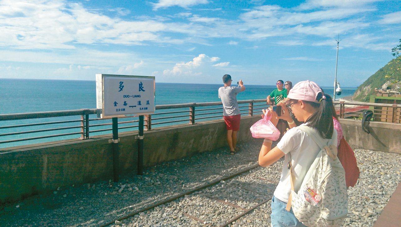 多良車站觀景平台上設置「傳統月台里程牌」提供遊客拍照打卡。 圖/尤聰光 攝影