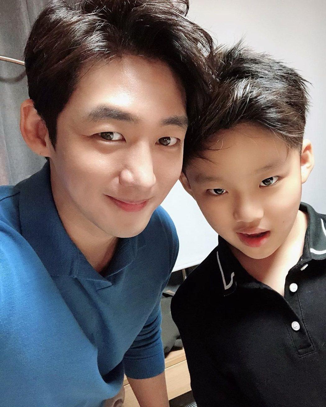李太成與兒子。圖/擷自IG