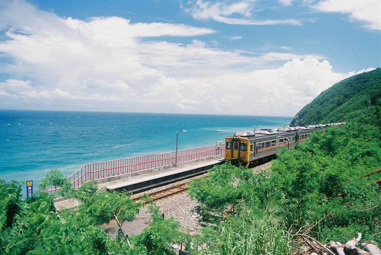 多良車站一邊是山、一邊是太平洋,被譽為全台最美的車站。 圖/讀者馬昌宏提供非報系