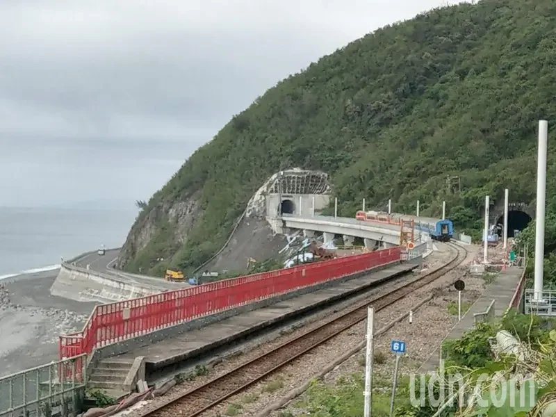 早上第一班台東前往枋寮的區間列車,不再行經多良1號隧道,而是經過多良車站後,再緩...