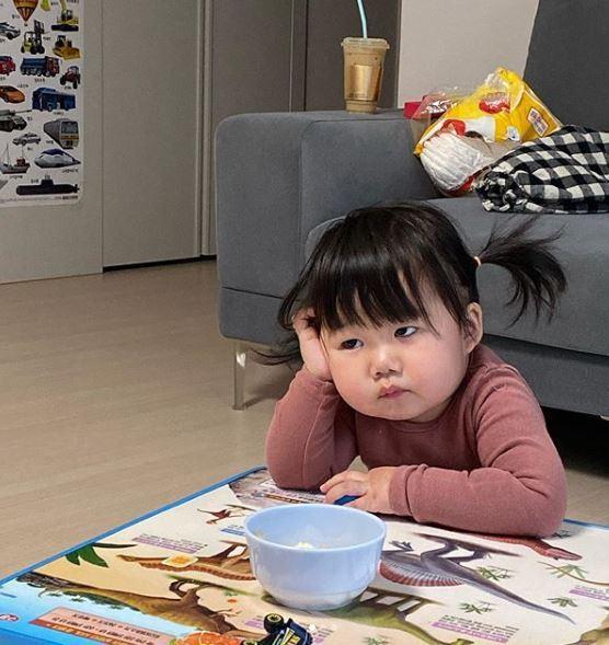 小妹妹有著紅潤的臉頰,和一副生無可戀的表情。圖翻攝自IG「luvv_hyul」