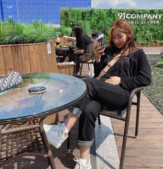 這名南韓媽媽偶爾會在鏡頭前露臉,網友紛紛稱讚她長得很漂亮,身材維持得很好。圖翻攝...