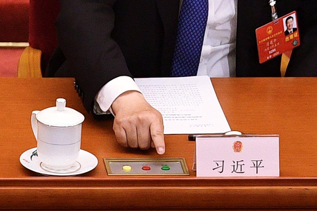 圖為表決照片中,中國國家領導人習近平「按下贊成綠燈」的手指。 圖/法新社