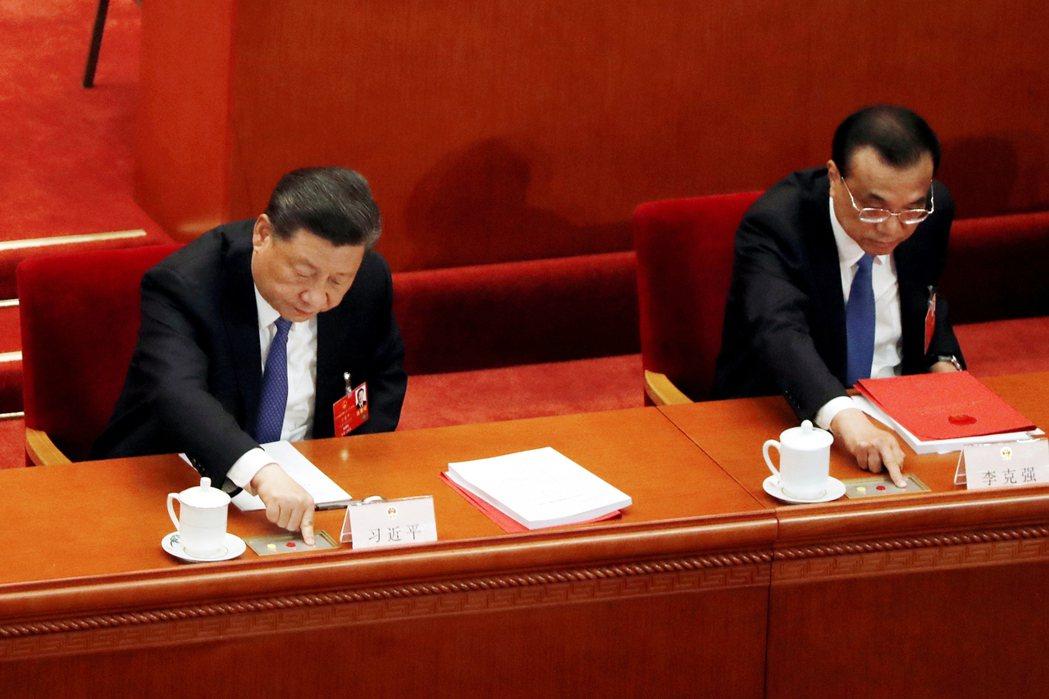 由於國家的領導核心都不用帶口罩,而且坐在大會第一排,為了避免引發政治揣測,在表決...