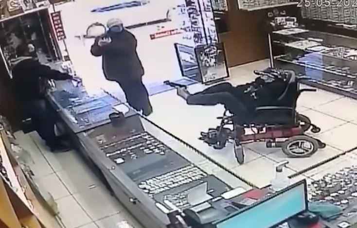 巴西一名身障男子坐輪椅去珠寶店搶劫,店員一開始還以為男子是來募款的。圖翻攝自YouTube「Jornal NH」
