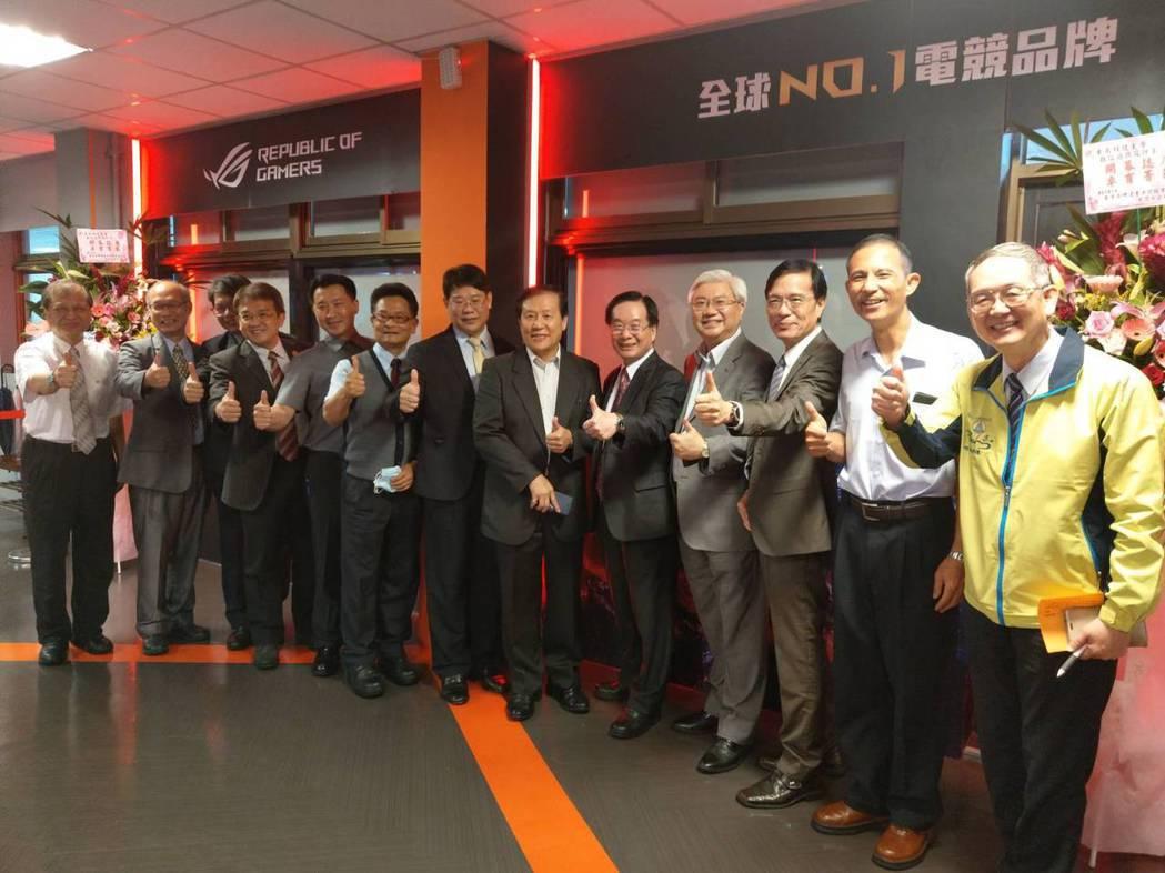 東南科技大學「3D數位遊戲藝術訓練中心」正式啟用揭牌。東南科技大學常董林守義(右...