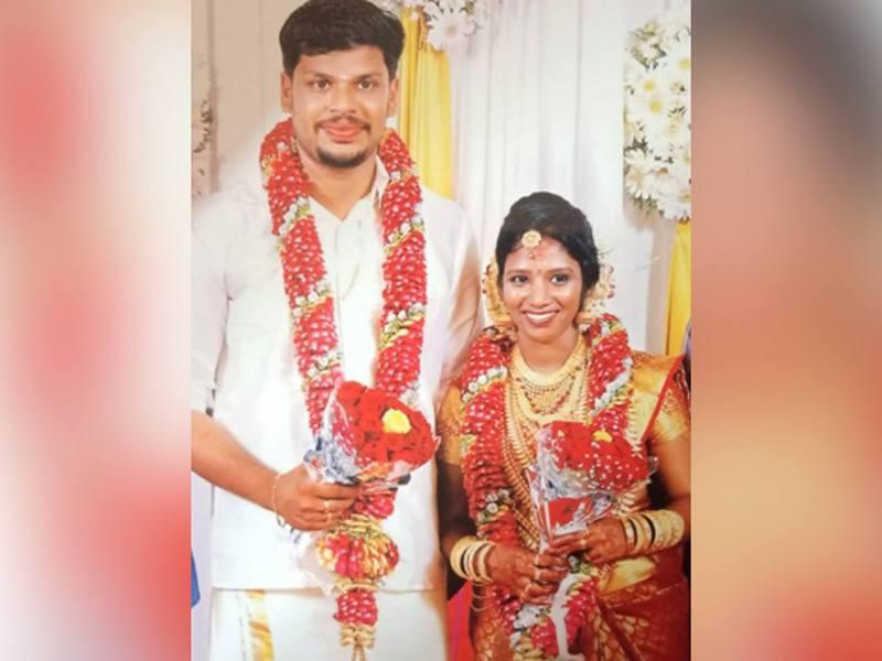 印度一名男子懷疑貪圖妻子的豐厚財產而動殺機,今年3月放毒蛇入屋殺妻不遂,本月初重施故技把眼鏡蛇丟上床終將妻子殺死。(Youtube截圖)