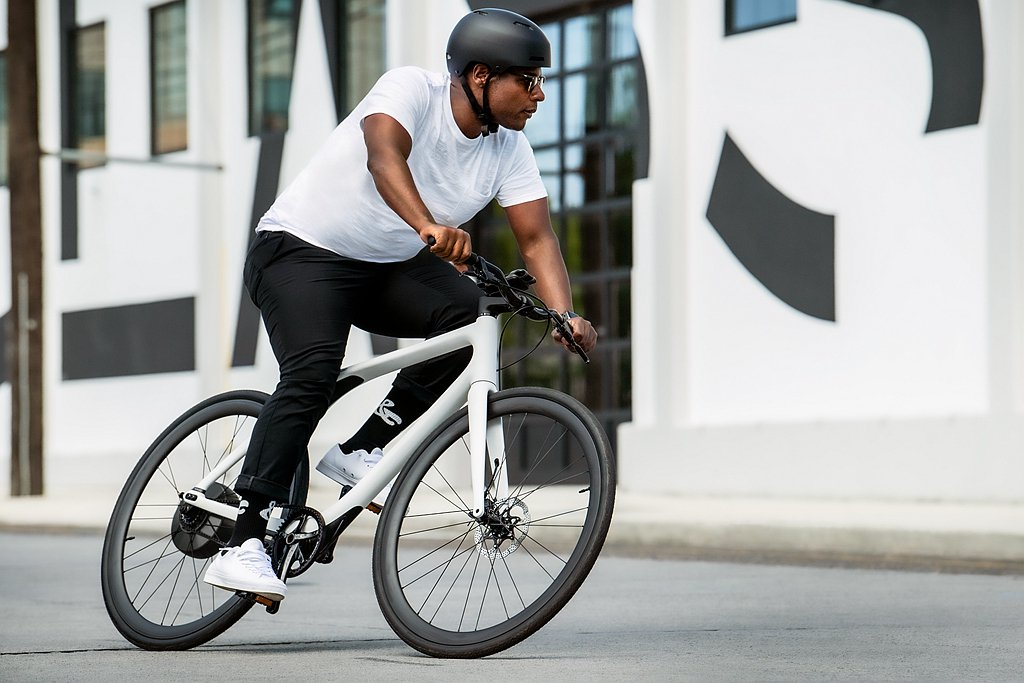 前傾的運動型幾何設計使車身更具速度感和敏捷性,優異的操控性則讓騎士得以在城市中的...