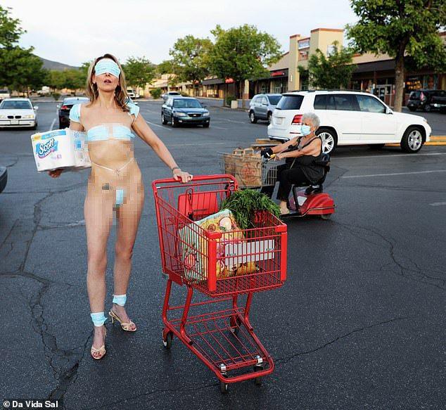 行為藝術家穿著「口罩比基尼」,在超市外抗議政府限制了人民的自由。圖擷自每日郵報