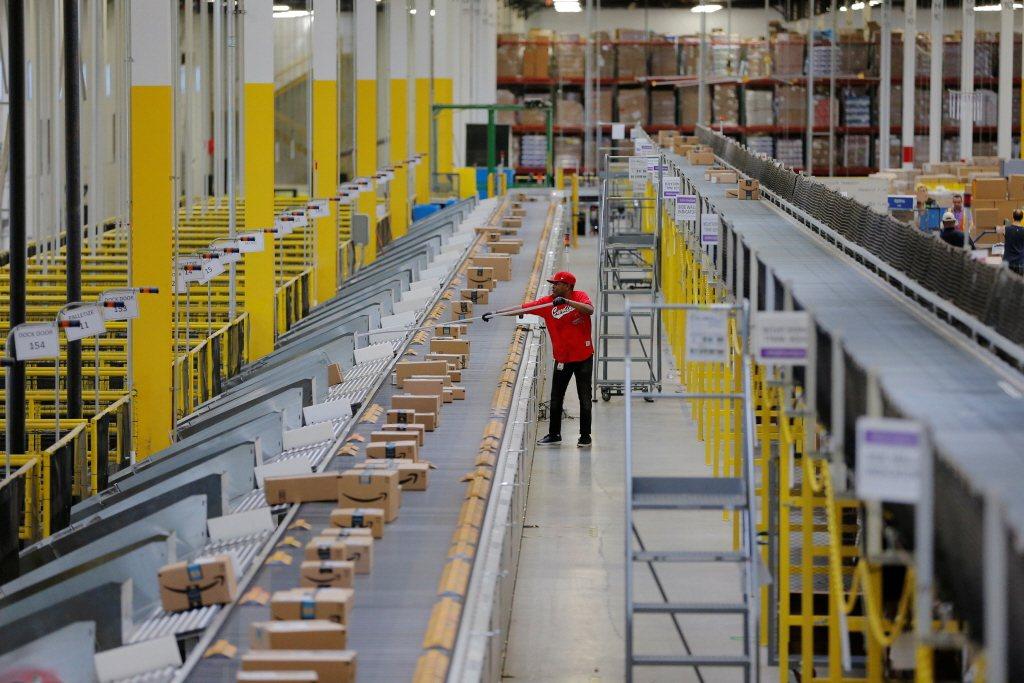對雇主而言,穿戴科技或可強化工廠與員工安全。 圖/路透社