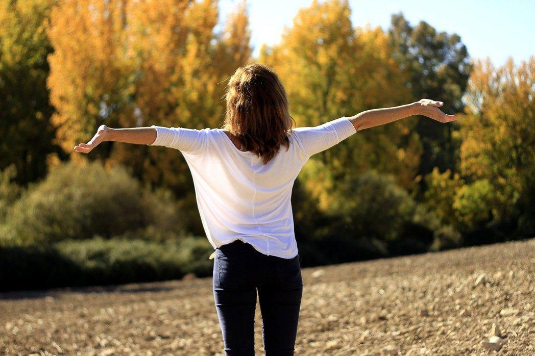 藉由伸展呼吸肌訓練肺活量,透過伸展運動,還能解除惱人的肩膀酸痛。 圖/pixab...
