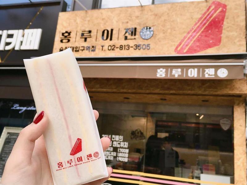 韓國洪瑞珍門市一改過去傳統餅店風格,提供三明治外,另有黑糖鮮奶茶等飲料品項,形式更似點心店。圖/IG 0816_chuuu