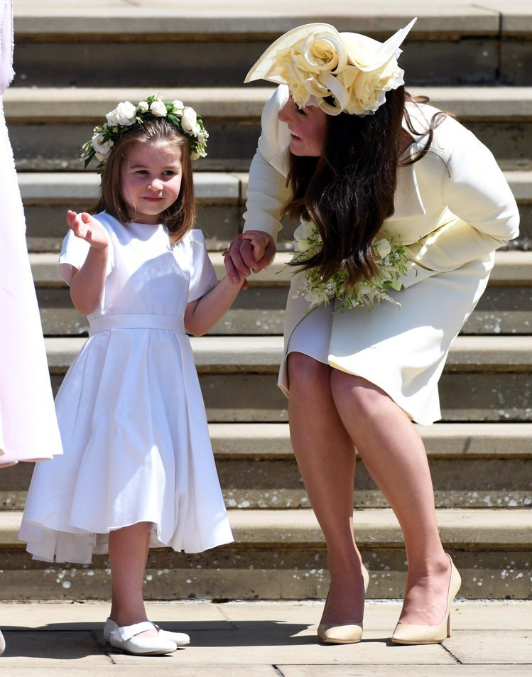 凱特(右)在小叔婚禮上帶著女兒夏綠蒂出席,兩人穿不穿褲襪卻引起爭執。圖/路透資料...