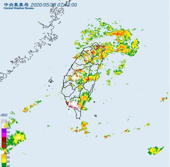 中央氣象局針對高雄市、屏東縣、台東縣發布大雷雨即時訊息,持續時間至上午8時45分。圖/取自氣象局網站