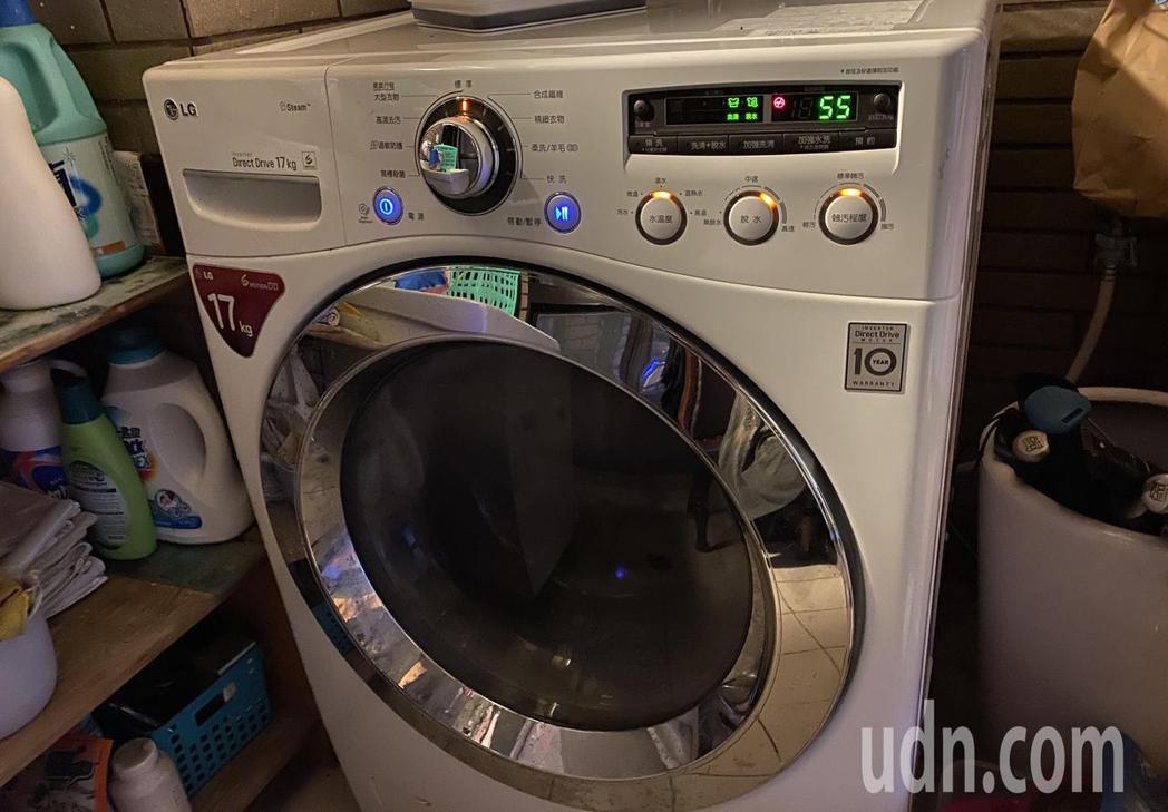LINE訊息「6月1日~ 9月30日實施夏季電價」、「洗衣服盡量排在綠燈時段」引...