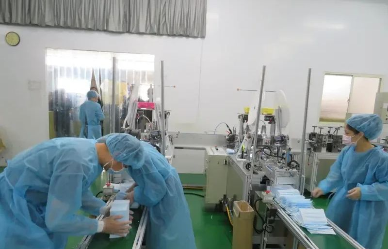 嘉義縣市唯一的國家口罩隊、朴子市昭惠實業公司生產口罩情形。圖/聯合報資料照片