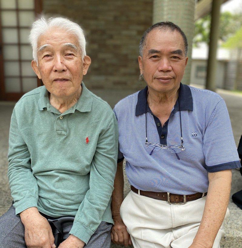 台南知名的「莉莉水果店」老闆李文雄(右),和228受難者湯德章後人湯聰模合影。圖/李文雄提供