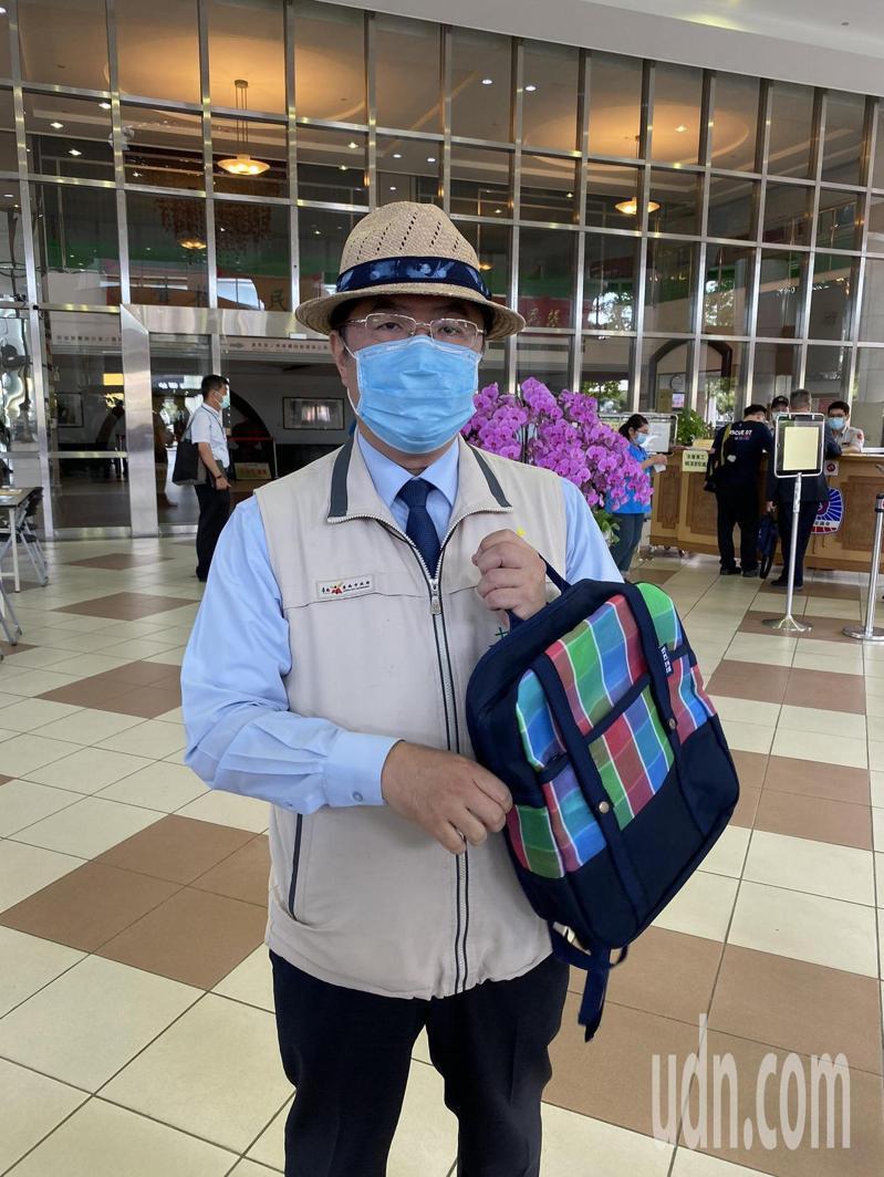 台南市長黃偉哲今天公布要送給衛福部長陳時中的茄芷帆布袋、藺草帽。記者鄭維真/攝影
