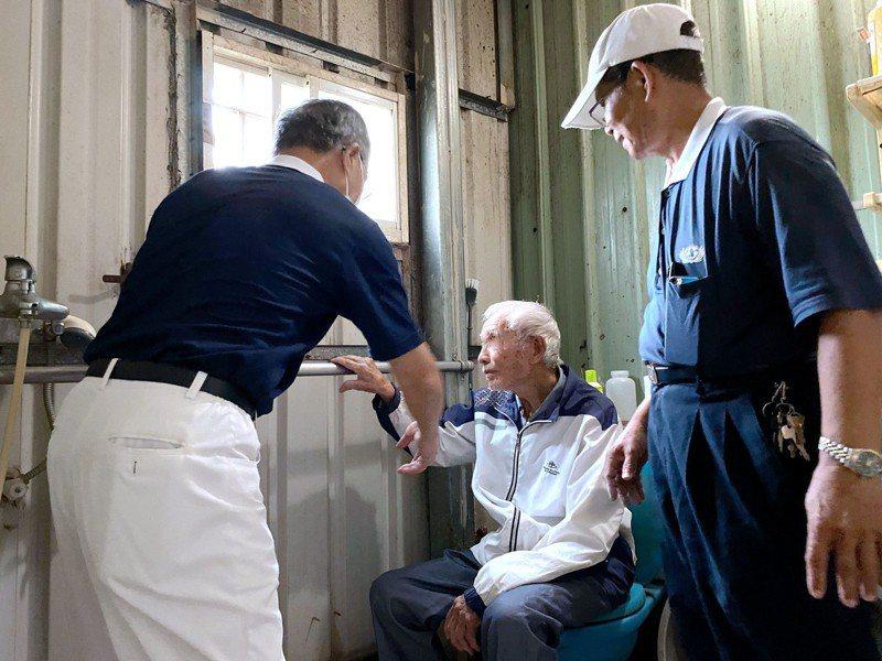 林姓老翁居處簡陋,委身豬圈工寮,台南善化慈濟志工幫忙修繕。圖/慈濟基金會提供