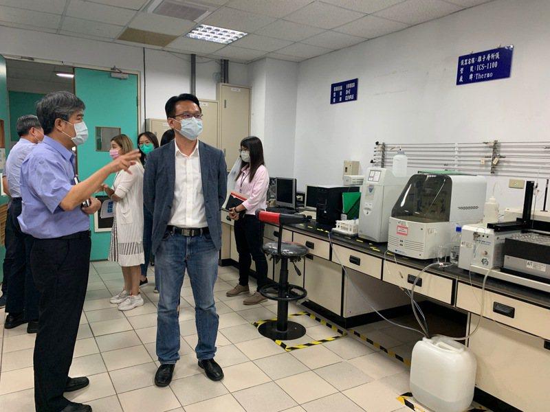立委莊競程(右二)為協助推動中部醫材產業發展,今天參訪位於台中工業區內的財團法人塑膠工業技術發展中心。圖/立委立委莊競程提供