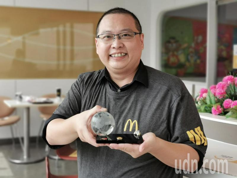 唐有建獲得麥當勞全球志工首獎,日前收到首獎獎座。記者卜敏正/攝影