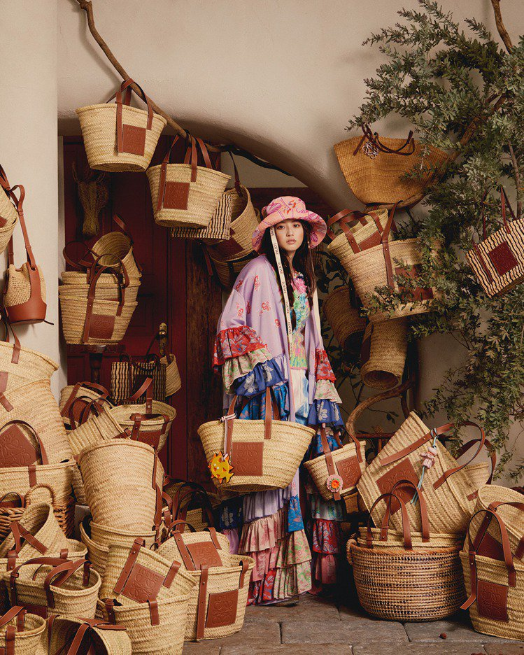 LOEWE每年夏季都會推出各種材質、輪廓的編織包款。圖/取自IG