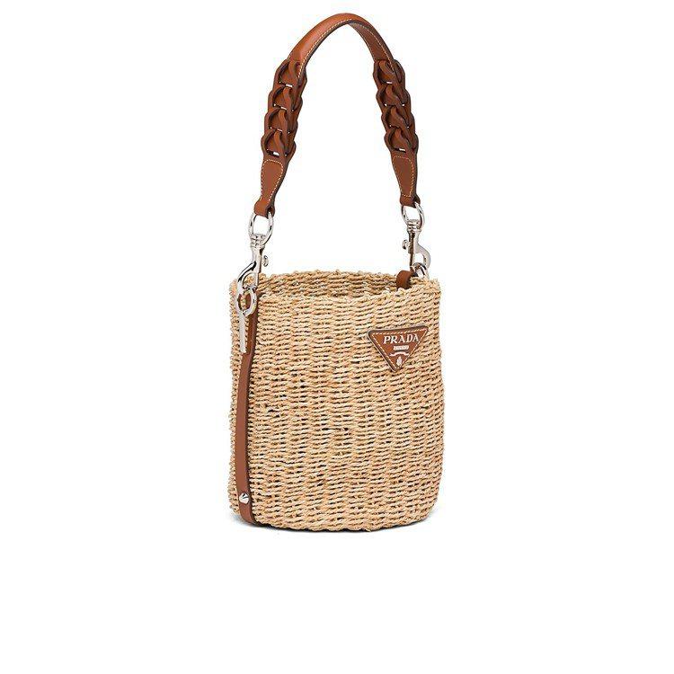 PRADA拉菲草編織皮革提把水桶包,59,000元。圖/PRADA提供