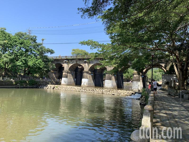 橫跨新竹縣關西鎮牛欄河親水公園的東安古橋是著名觀光景點,牛欄河兩岸行水區解編可望帶動地方繁榮。記者陳斯穎/攝影