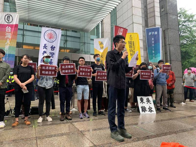多個青年學生團體今天上午在香港經貿辦事處前召開記者會,提出3點訴求:一是譴責中國強推國安惡法,二是呼籲教育部在兼顧防疫考量下,盡速讓香港學生來台復學,三是要求台灣政府明確落實庇護機制。圖/台灣青年民主協會提供